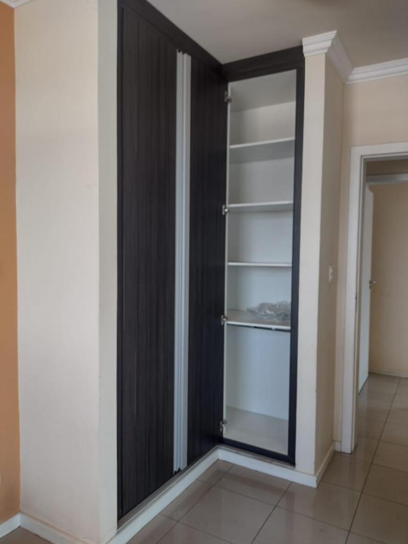 Apartamento com 3 quartos sendo 1 suíte, sala, cozinha com armário, área de serviço, corredor e 2 vagas de garagem. Valor R$2.200,00 Foto 2